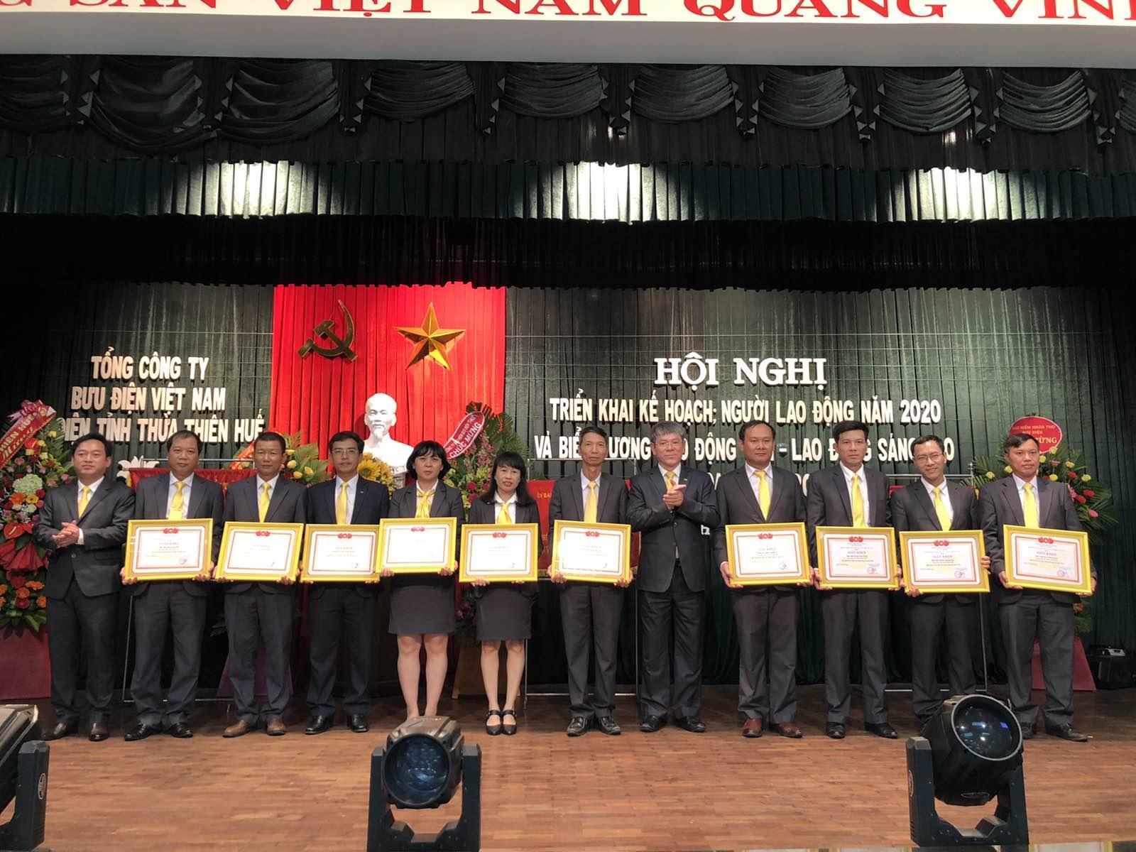 Đại diện 10 đơn vị trực thuộc Bưu điện tỉnh nhận Giấy khen của Tổng công ty Bưu điện Việt Nam về thành tích toàn diện năm 2019