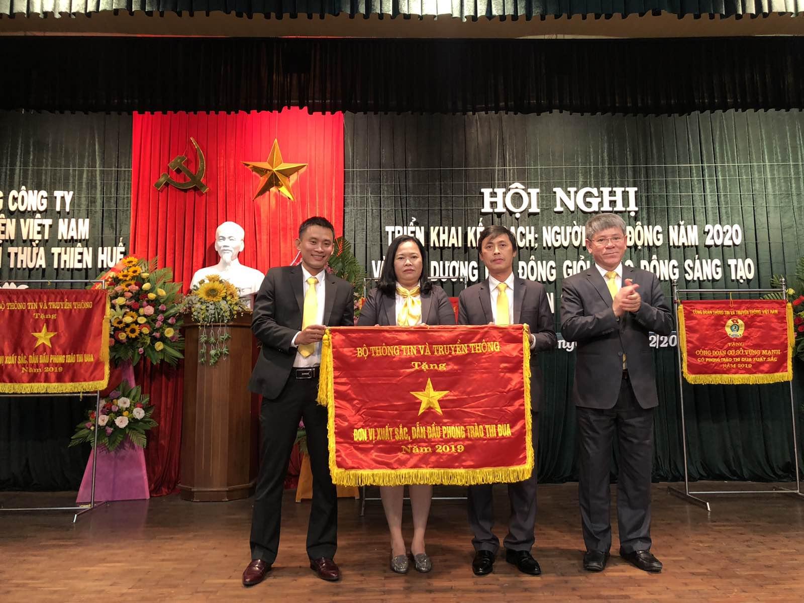 Bưu điện huyện Phong Điền vinh dự đón nhận Cờ thi đua của Bộ Thông tin và Truyền thông về thành tích xuất sắc, dẫn đầu phong trào thi đua năm 2019