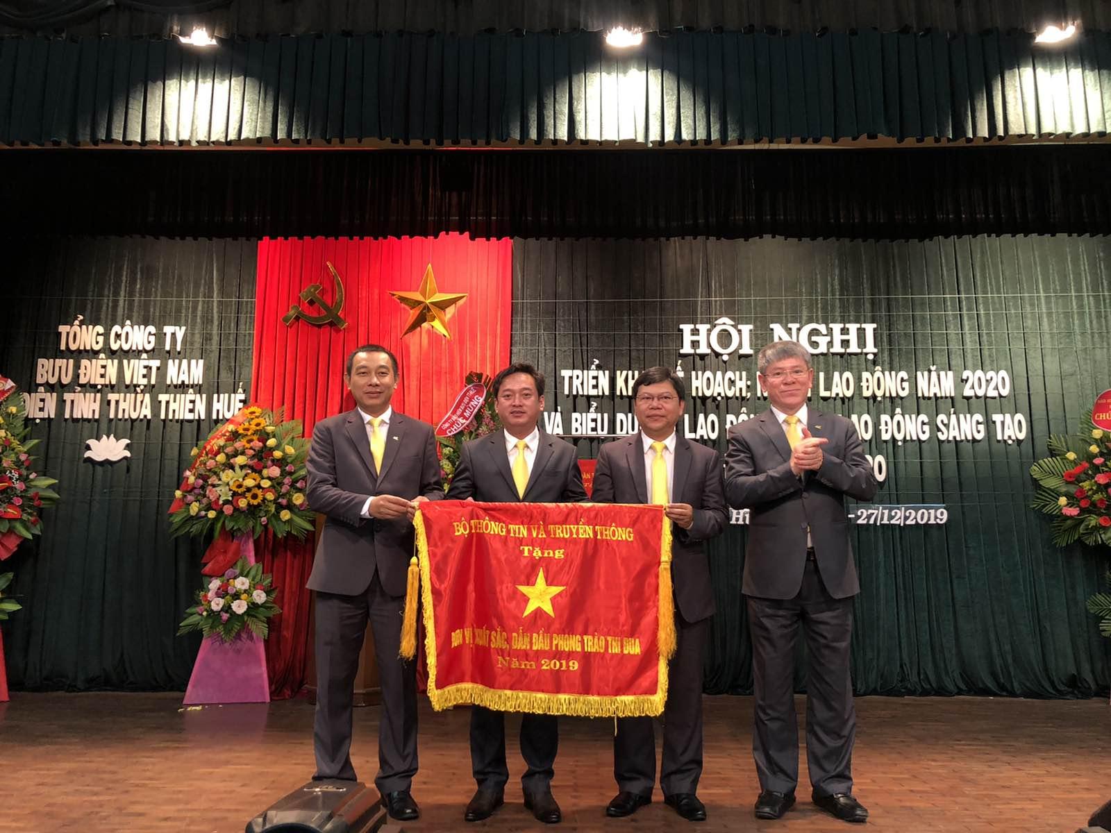 Bưu điện tỉnh Thừa Thiên Huế vinh dự đón nhận Cờ thi đua của Bộ Thông tin và Truyền thông về thành tích xuất sắc, dẫn đầu phong trào thi đua năm 2019