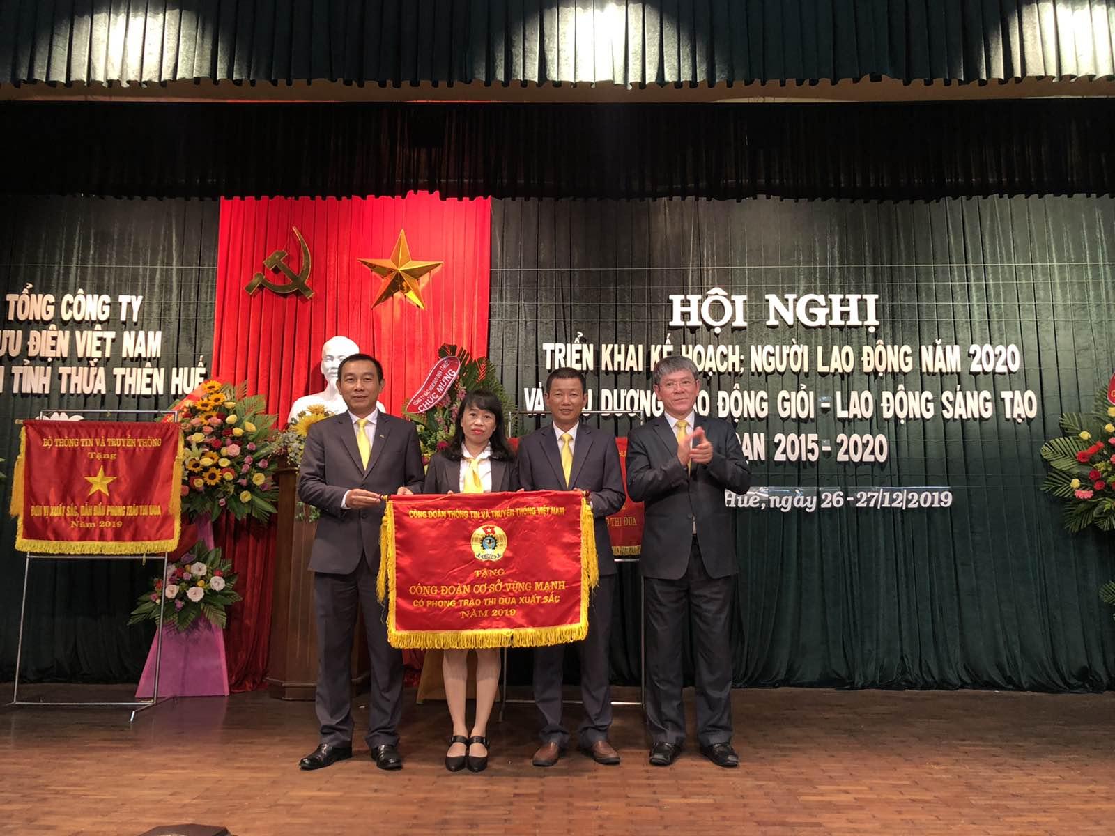 Công đoàn Bưu điện tỉnh Thừa Thiên Huế vinh dự đón nhận Cờ thi đua của Công đoàn Thông tin và Truyền thông về thành tích xuất sắc trong phong trào thi đua lao động giỏi và xây dựng tổ chức Công đoàn vững mạnh năm 2019