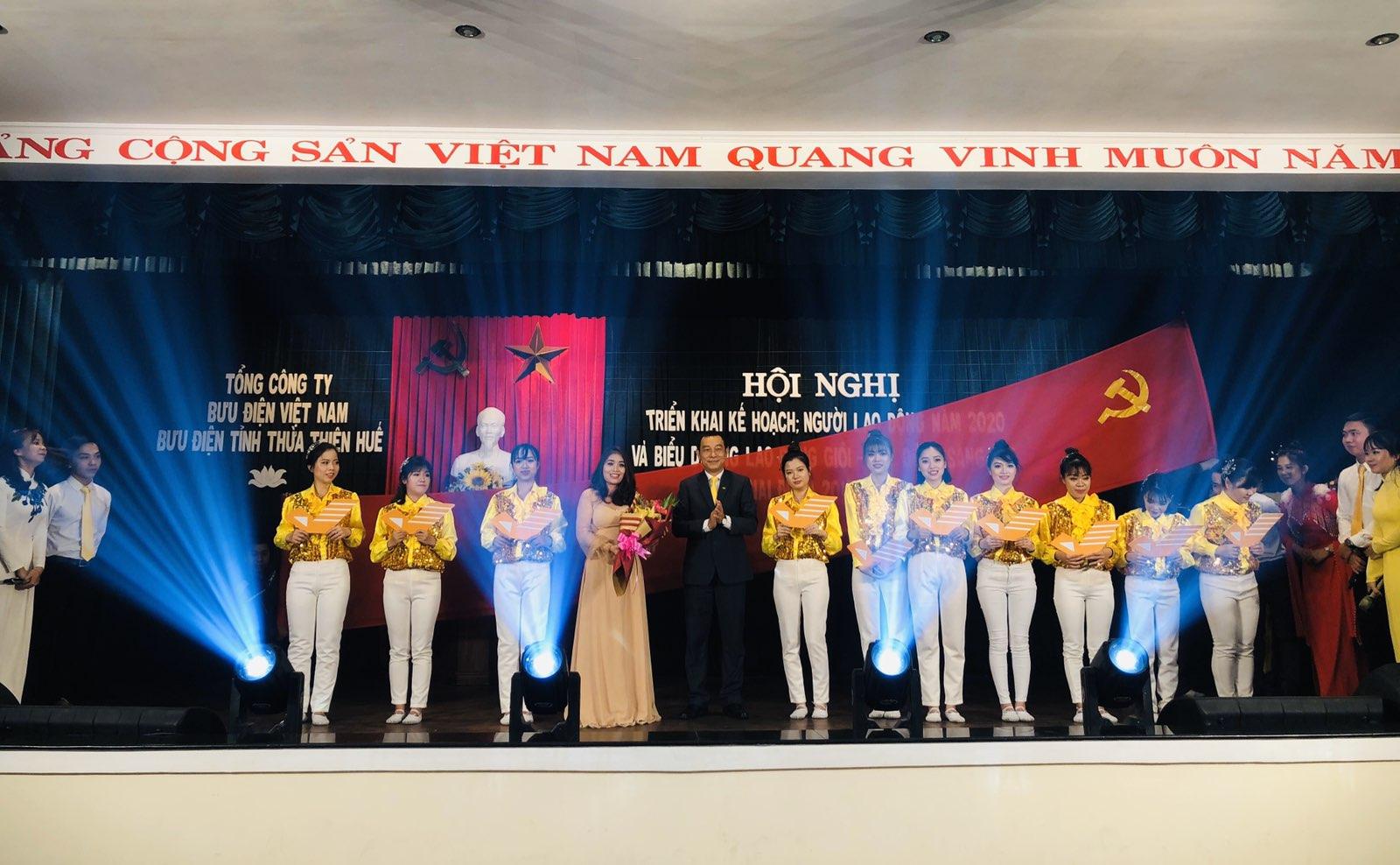 Lãnh đạo Bưu điện tỉnh tặng hoa chúc mừng Đội Văn nghệ Đoàn Thanh niên Bưu điện tỉnh