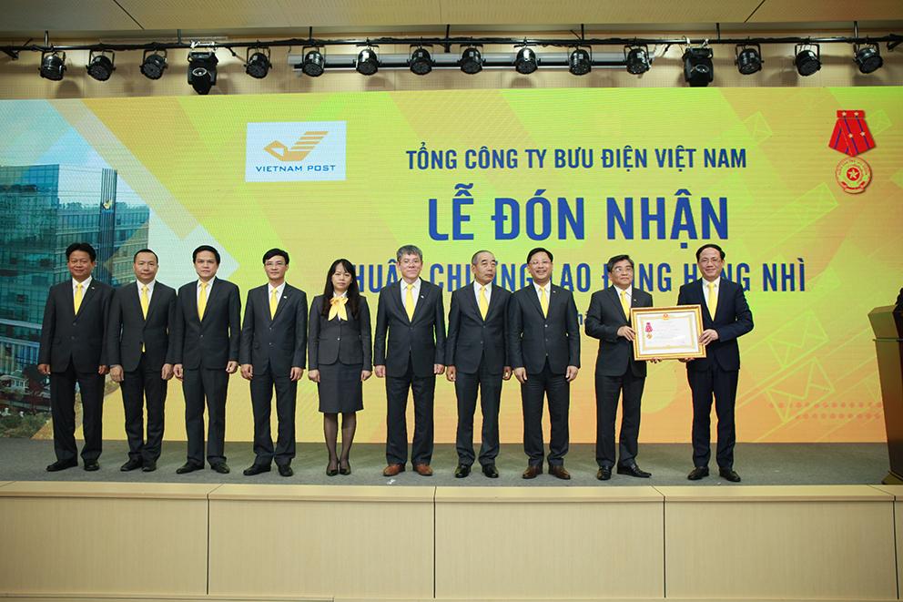 Thừa ủy quyền của Chủ tịch nước, Thứ trưởng Bộ TTTT Phạm Anh Tuấn trao tặng Huân chương Lao động hạng Nhì cho tập thể lãnh đạo Tổng công ty