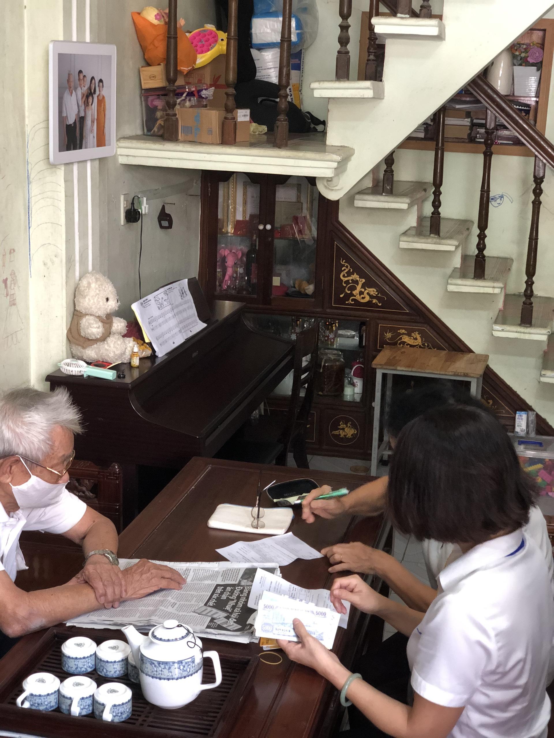 Bưu điện tỉnh Thừa Thiên Huế triển khai chi trả lương hưu, trợ cấp Bảo hiểm xã hội tháng 4 và 5 tại nhà của người hưởng