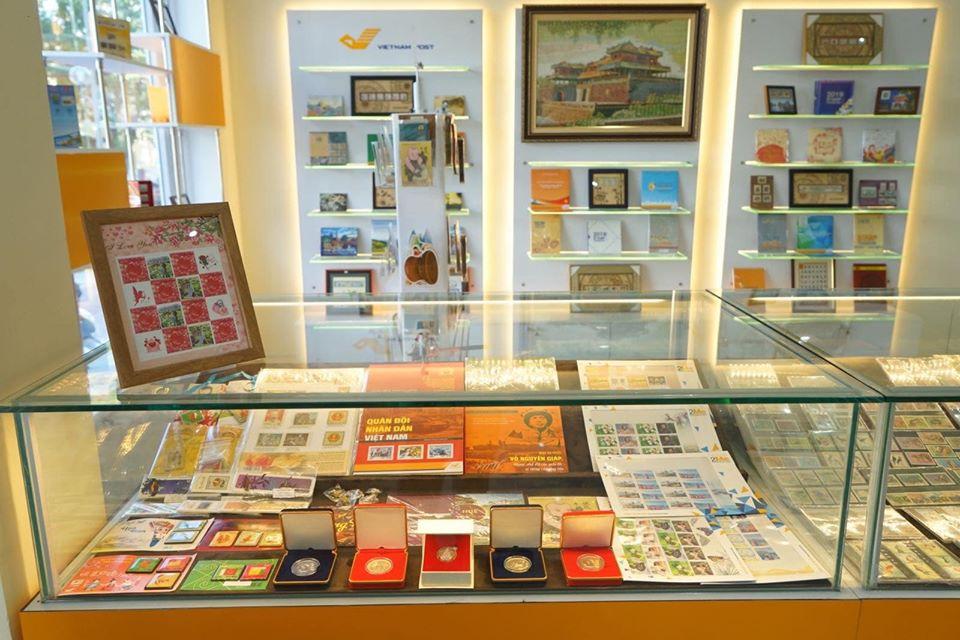 Nhiều sản phẩm tem kinh doanh, tem chơi, khung tem, tranh khắc gỗ, bưu thiếp, quà lưu niệm,... được trưng bày