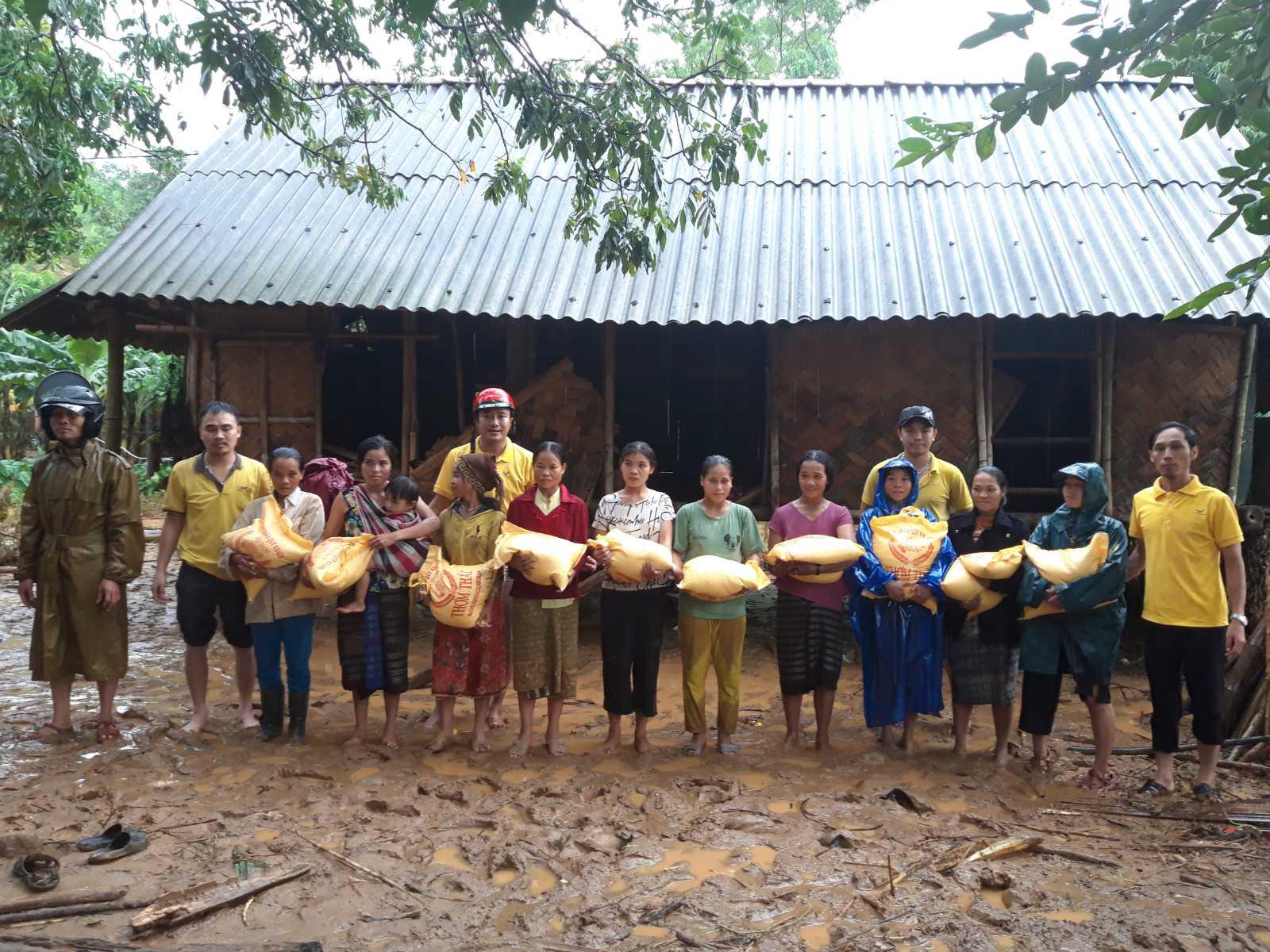Tặng quà cho người dân bị ảnh hưởng lũ lụt tại huyện Hướng Hóa